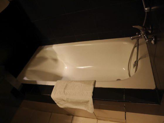 パールガーデンホテル マニラ のシャワールーム バスタブあります。