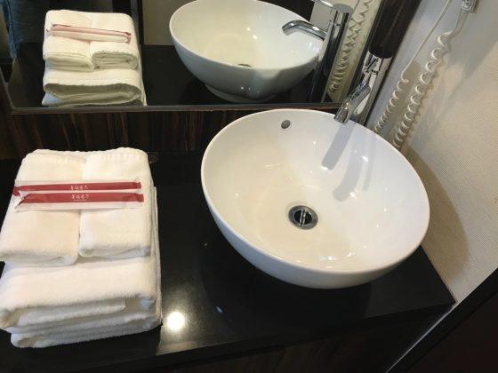 かりゆしLCHホテル 客室の洗面台(シャワールームではなく部屋にある)