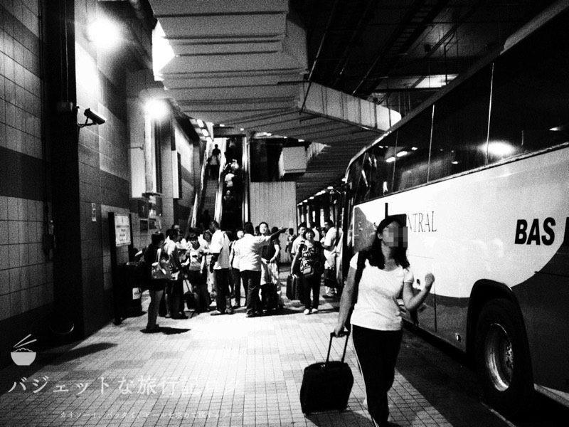 クアラルンプール空港から市内へ。シャトルバスでの移動。