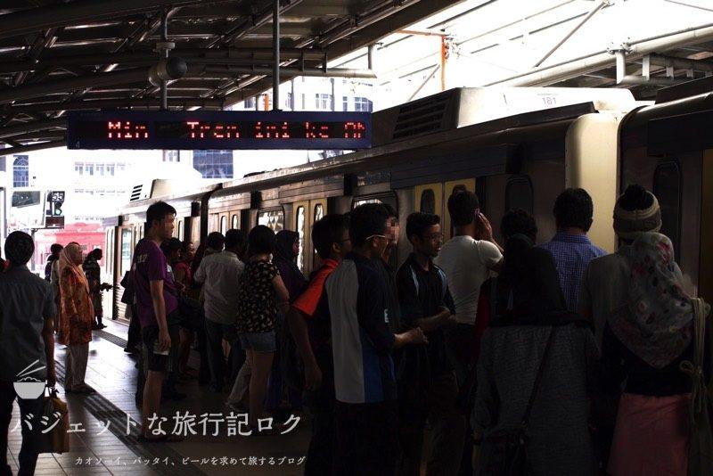クアラルンプール国際空港から市内のアクセス方法・移動手段(街中の電車の様子)