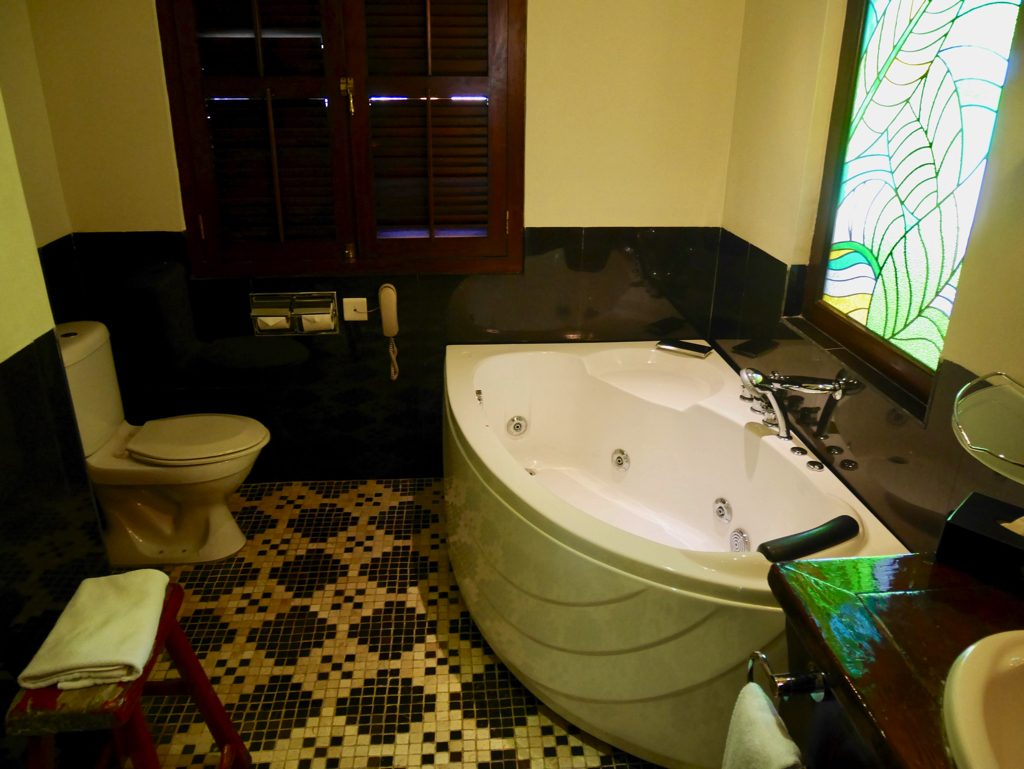 ペナン島ジョージタウンのホテル・ペナガのバスルーム ジャグジー付き湯船