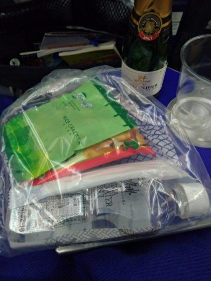 NH885 ANAプレミアムエコノミーへの搭乗(機内軽食類)