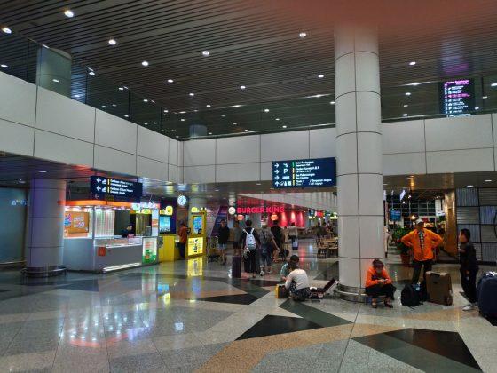 マレーシア・クアラルンプール国際空港(KLIA)の到着階を出て右手を見ると、キャリアのSIMカードブースが見える