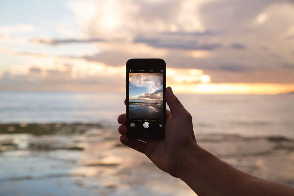 スマートフォンのカメラ機能をイメージ