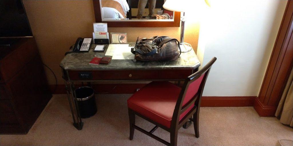 ダイヤモンドホテルマニラの客室ベッドルーム作業デスク
