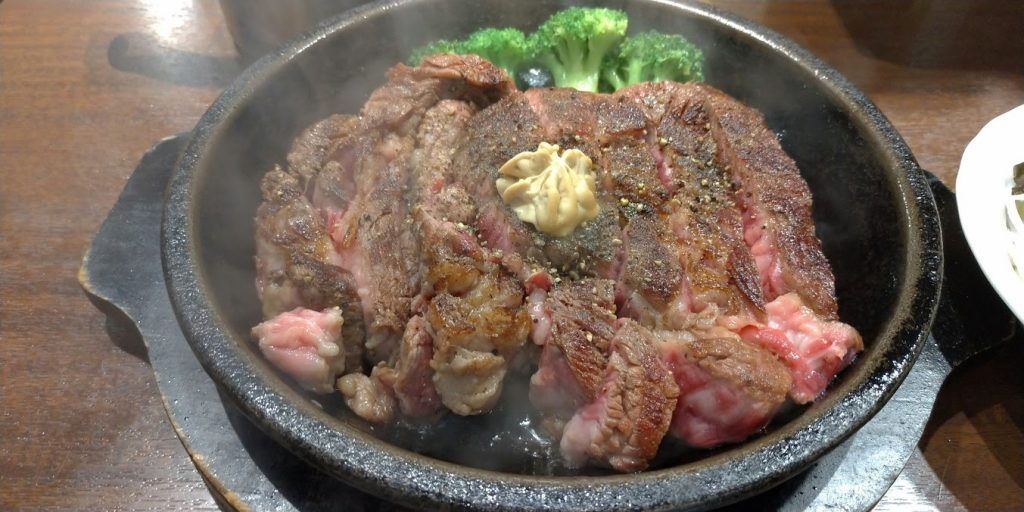 いきなりステーキのCABワイルドステーキは夜・ディナーでもOKなメニュー(ピンクは少し焼くと嚙み切れる)