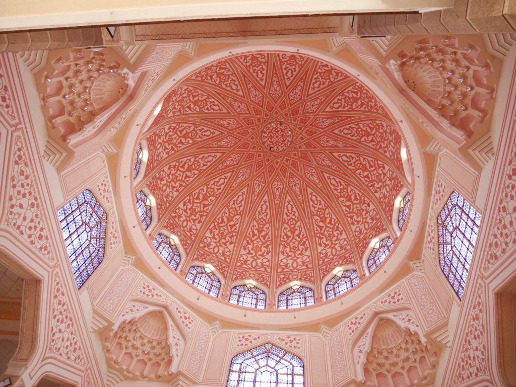 プトラモスク(ピンクモスク)内で上を見上げた絶景