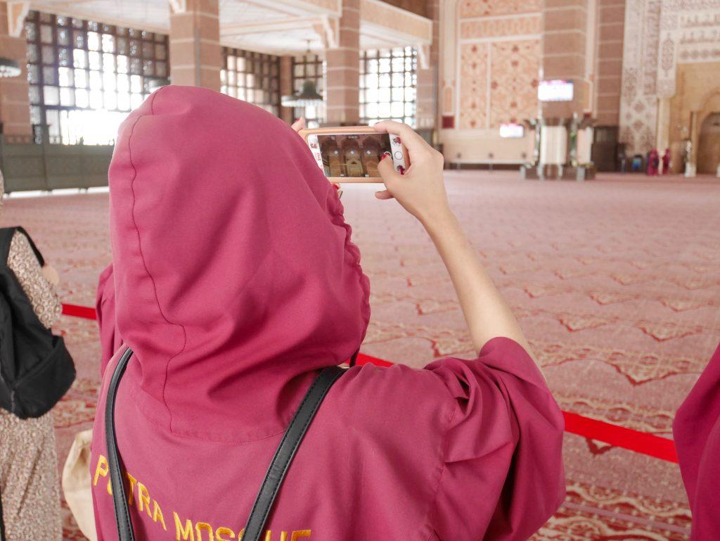 プトラモスク(ピンクモスク)内で絶景を撮影するお連れさん