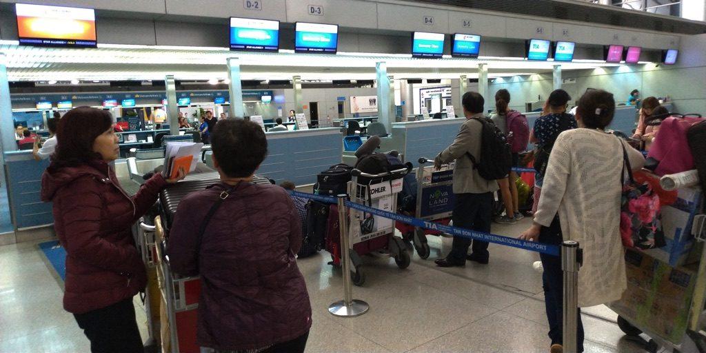 ホーチミン空港のCAチェックインカウンター遅延を聞かされた様子