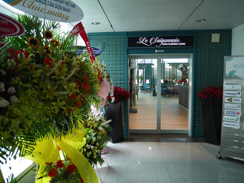 ホーチミン・タンソンニャット国際空港「ル・サイゴンネイズラウンジ」入り口。開店早々でお花があった。