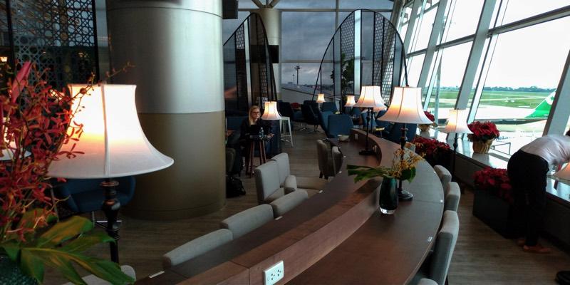 ホーチミン・タンソンニャット国際空港「ル・サイゴンネイズラウンジ」(作業が捗りそうなデスクとチェア)