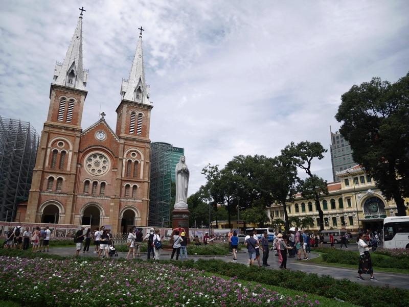 サイゴン大教会を少し遠目に