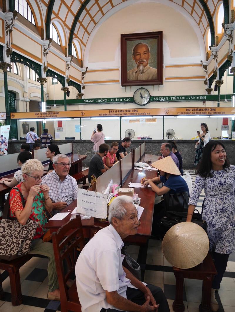 サイゴン中央郵便局 内部市民を見つめるホーチミンさん