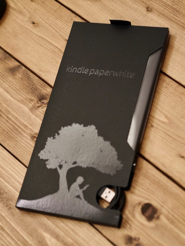 Kindle Paperwhite 2018の外箱を一つ外した様子。外箱の内側でもう一つ黒い紙に包まれていました。