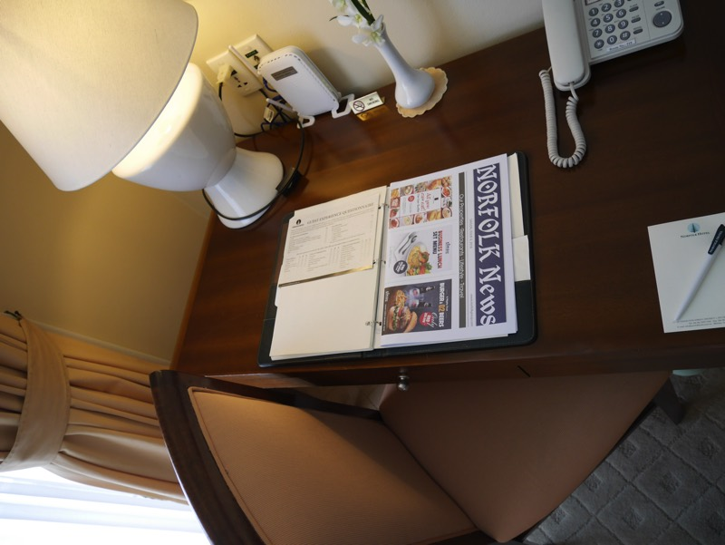 ノーフォークホテルの客室(デスク)