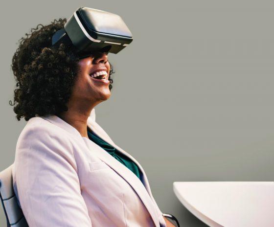 VRヘッドセットで楽しむ女性
