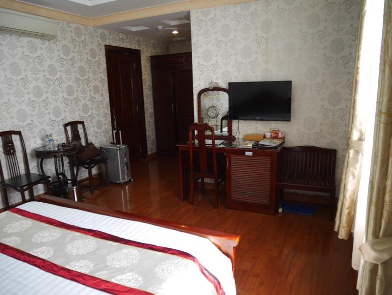 ビクトリーホテルサイゴン の客室(デスク)