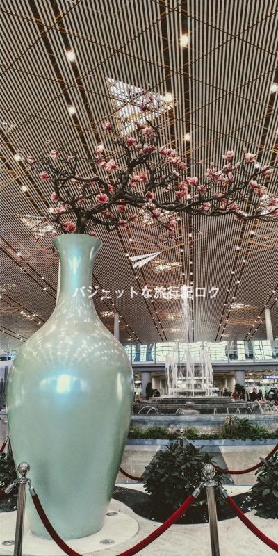 北京首都国際空港の国際線ターミナルにある大きく見事な花瓶