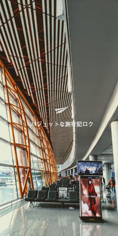 北京首都国際空港の国際線ターミナル搭乗口付近 流線型の窓が特徴的