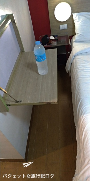 レッドプラネットホテルマビニ 客室 ベッド横にちょっとした机