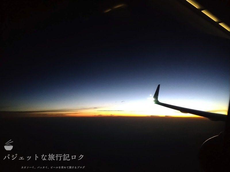 香港エクスプレス機内から明け方を撮影