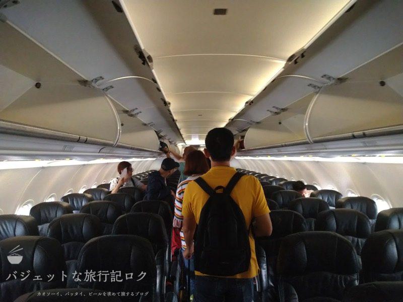 タイ・エアアジアA320の機内へ入ったところ