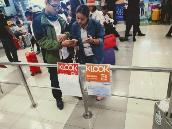 チェンマイ国際空港で利用者を待機するKlookスタッフ