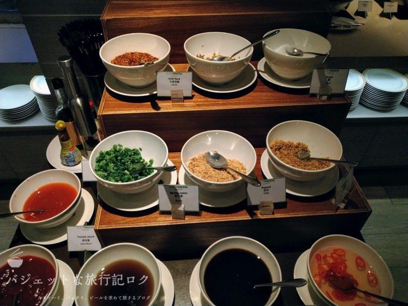 デュシット・プリンセス・チェンマイの朝食ビュッフェにあるヌードル調味料