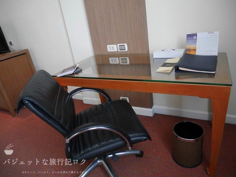 デュシット・プリンセス・チェンマイの客室にあるデスクとチェア