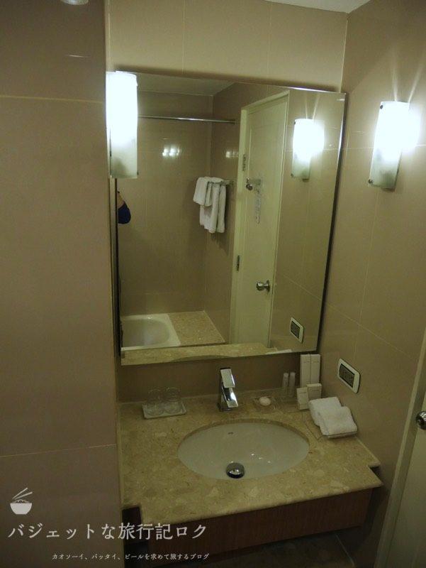 デュシット・プリンセス・チェンマイのシャワールームの洗面台と鏡