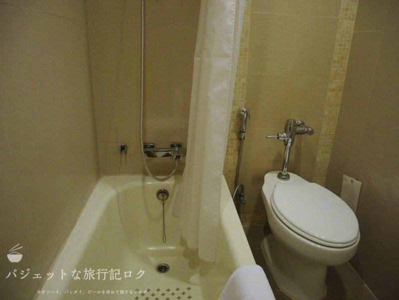 デュシット・プリンセス・チェンマイのシャワールーム(浴槽とトイレ)
