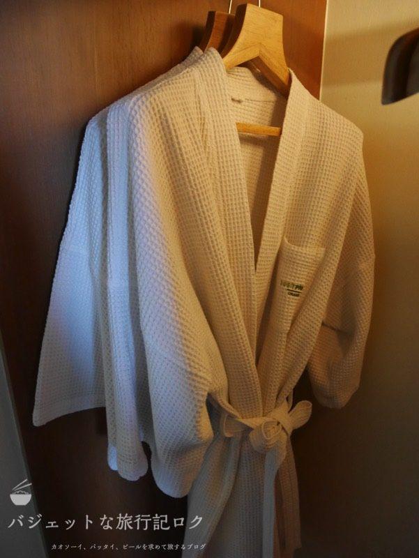 デュシット・プリンセス・チェンマイの客室キャビネットにあるバスローブ