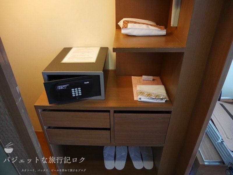 デュシット・プリンセス・チェンマイの客室キャビネットにあるセキュリティBOX、スリッパ、ドライヤー