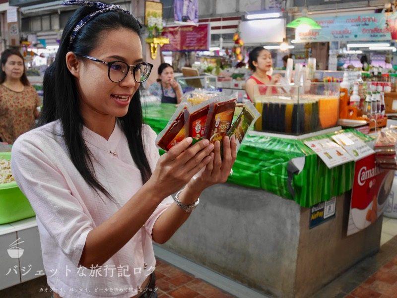 チェンマイ料理教室(チェンマイの台所:カレーペーストの違いを説明するアラレちゃん)