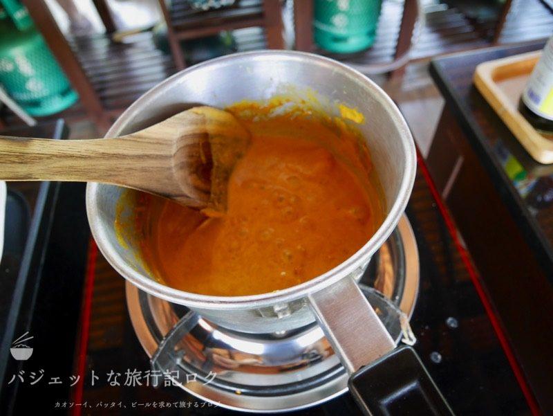 チェンマイ料理教室(カオソーイを作る鍋シーン)