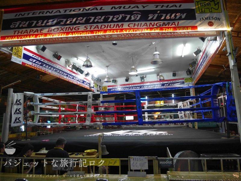 チェンマイにあるターペー・ボクシング・スタジアムのリングサイド