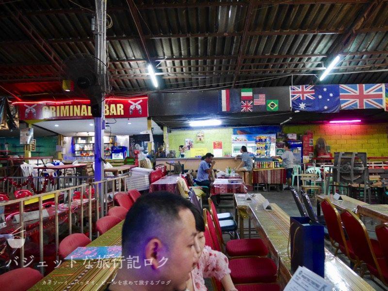 チェンマイにあるターペー・ボクシング・スタジアムにはバーがたくさん