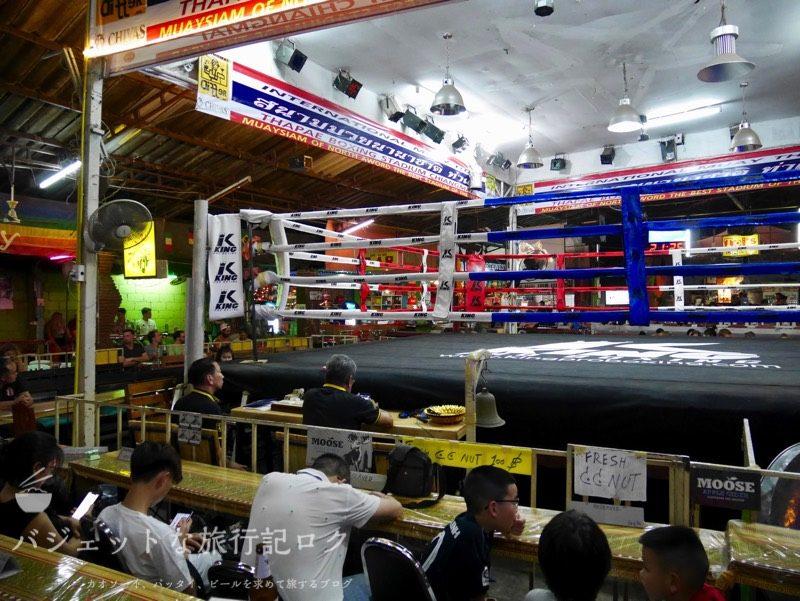 ターペー・ボクシング・スタジアムの観客が入り出す