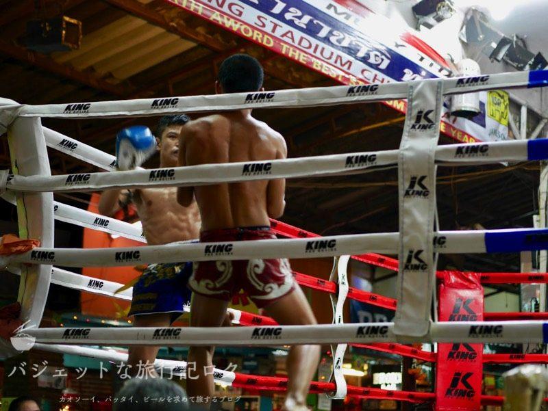 ターペー・ボクシング・スタジアムでのブルーの男子が好戦的に攻めて