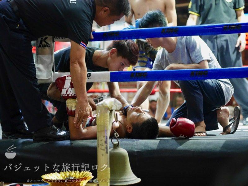 ターペー・ボクシング・スタジアムでのレッドの男子がマットに沈む