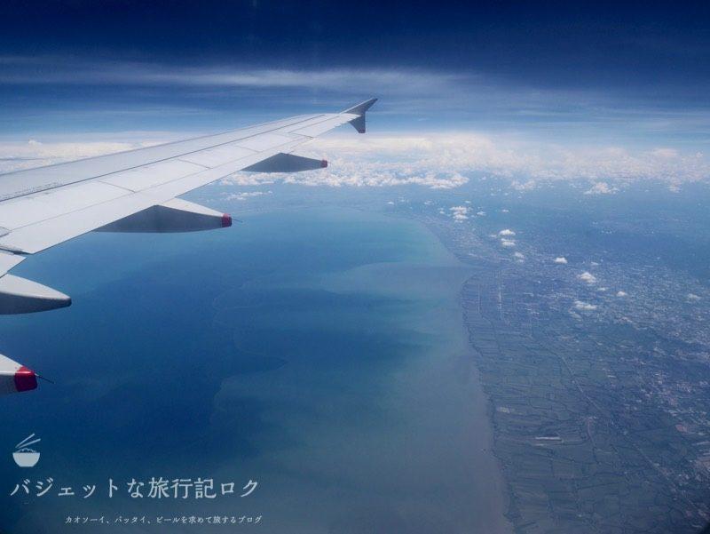 シルクエアーA320の機内から晴れた風景を臨む
