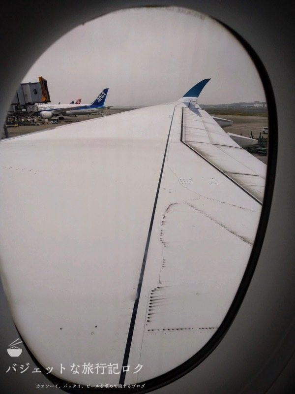 ベトナム航空エアバスA350-900エコノミークラスから望む外の様子