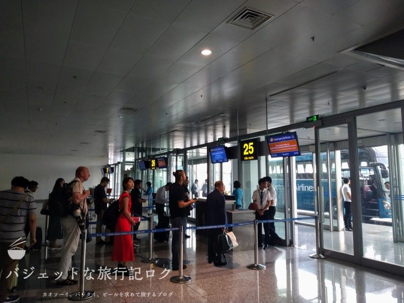 ハノイ・ノイバイ国際空港の国際線ターミナル25番搭乗口付近