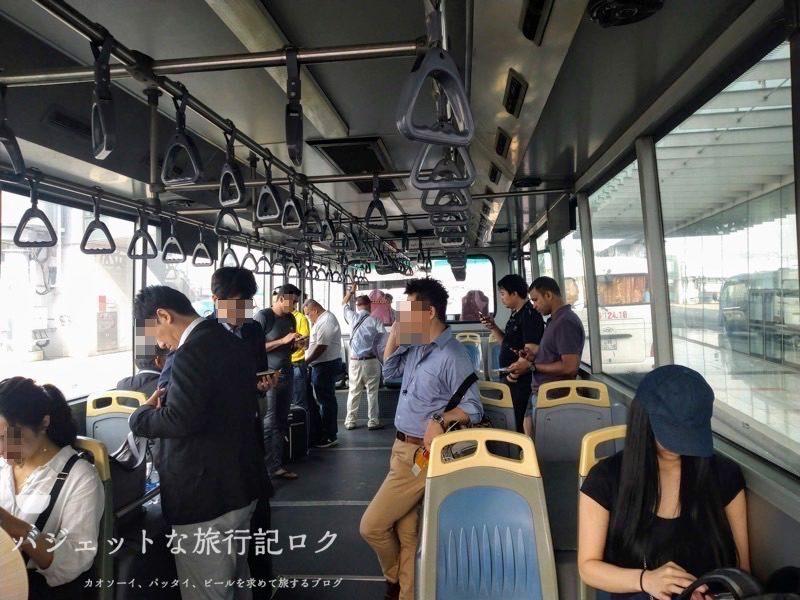 ハノイ・ノイバイ国際空港の国際線ターミナル25番搭乗口付近(バスで移動中)