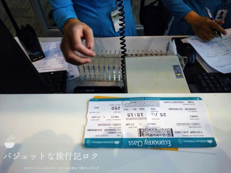 ハノイ・ノイバイ国際空港の国際線ターミナルで本来乗るはずの便が遅延のおかげで降ろされた直後(驚きとともに私の航空券をみるグランドスタッフ)