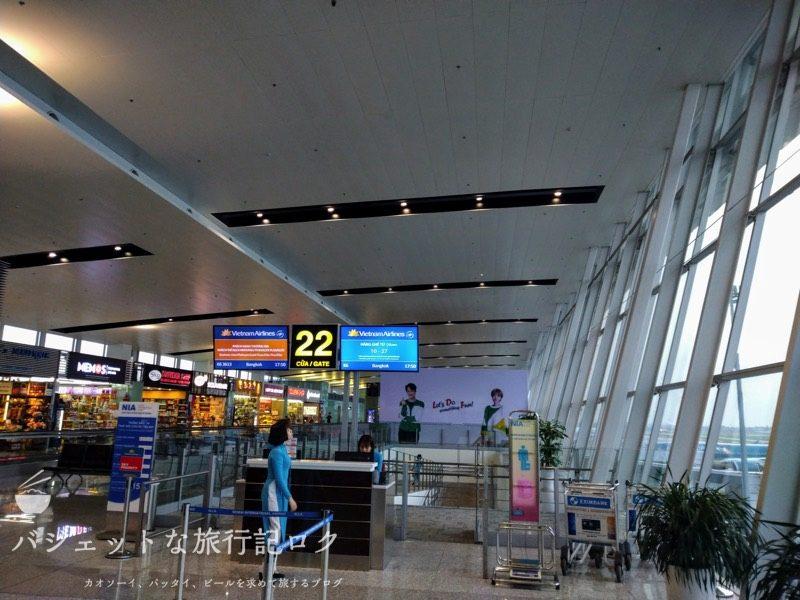 ハノイ・ノイバイ国際空港の国際線ターミナルで本来乗るはずの便が遅延のおかげで降ろされた直後(一人待機)