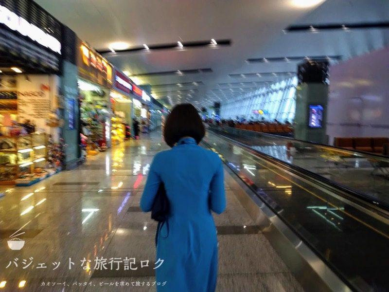 ハノイ・ノイバイ国際空港の国際線ターミナルで本来乗るはずの便が遅延のおかげで降ろされ別のターミナルへと移動した(アオザイ美女に連行されます)