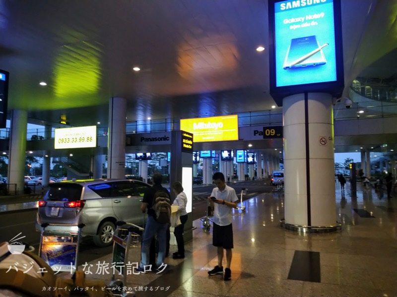 ハノイ・ノイバイ国際空港の国際線ターミナルで本来乗るはずの便が遅延のおかげで降ろされ別のターミナルへと移動した