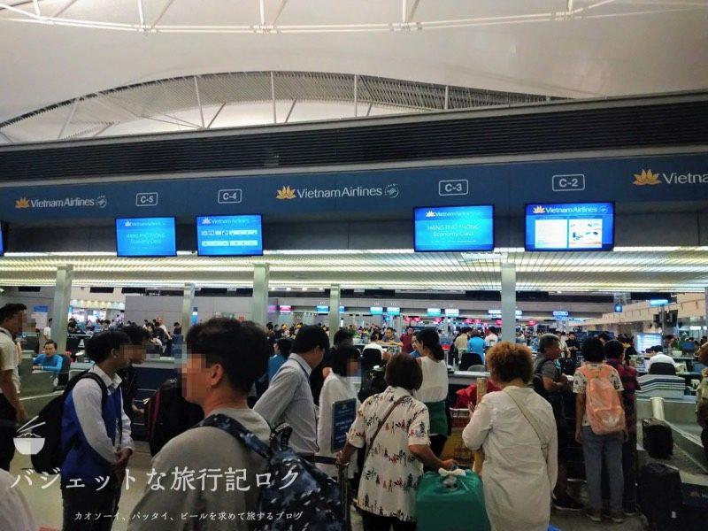 ホーチミンシティ・タンソンニャット国際空港(エコノミークラスはかなりの行列)