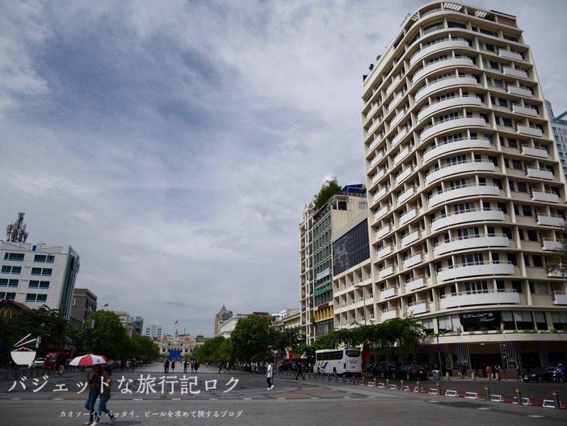 ベトナム・ホーチミンシティ1区のサイゴンプリンスホテル(ホテル前から市内シンボルの市庁舎を望む)